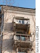 Купить «Разрушающиеся бетонные балконы верхних этажей здания», фото № 6680224, снято 18 ноября 2014 г. (c) Родион Власов / Фотобанк Лори