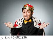 Купить «Concept with funny man wearing crown», фото № 6682236, снято 20 мая 2014 г. (c) Elnur / Фотобанк Лори