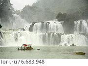 Купить «Туристы в лодке недалеко у водопада на границе между Вьетнамом и Китаем», фото № 6683948, снято 15 августа 2014 г. (c) Жукова Юлия / Фотобанк Лори