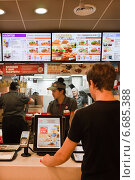 Купить «Ресторан  Бургер Кинг. За стойкой.», фото № 6685388, снято 20 ноября 2014 г. (c) Victoria Demidova / Фотобанк Лори
