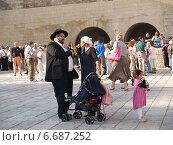 Купить «Традиционная ортодоксальная иудейская семья на площади перед Стеной Плача. Иерусалим, Израиль», фото № 6687252, снято 9 октября 2012 г. (c) Ирина Борсученко / Фотобанк Лори