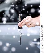 Купить «close up of man with car key outdoors», фото № 6688680, снято 26 июня 2013 г. (c) Syda Productions / Фотобанк Лори