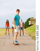 Купить «group of smiling teenagers with roller-skates», фото № 6689260, снято 10 августа 2014 г. (c) Syda Productions / Фотобанк Лори