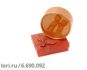 Купить «Красная и золотая подарочные коробки на белом фоне», фото № 6690092, снято 30 сентября 2014 г. (c) Elena Molodavkina / Фотобанк Лори