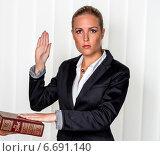 woman swears on the bible. Стоковое фото, фотограф Erwin Wodicka / Фотобанк Лори