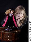 Купить «Грустная девочка с куклой», фото № 6691244, снято 4 декабря 2011 г. (c) Darja Vorontsova / Фотобанк Лори