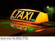 Купить «Горящее табло с надписью и зелеными огоньками на крыше такси», фото № 6692772, снято 20 ноября 2014 г. (c) Родион Власов / Фотобанк Лори