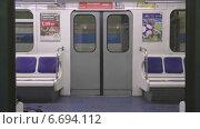 Купить «Метро. Двери открываются.», видеоролик № 6694112, снято 14 сентября 2014 г. (c) Звездочка ясная / Фотобанк Лори