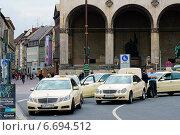 Такси на площади в Мюнхене (2014 год). Редакционное фото, фотограф Abogdanov / Фотобанк Лори