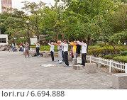 Купить «Пожилые корейцы занимаются национальной оздоровительной гимнастикой Данхак на улице Сеула, Южная Корея», фото № 6694888, снято 27 сентября 2014 г. (c) Иван Марчук / Фотобанк Лори