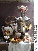 Купить «Натюрморт с самоваром, сушками, чайником, чашкой чая и сладостями на старом чемодане», фото № 6698332, снято 2 мая 2014 г. (c) Марина Володько / Фотобанк Лори