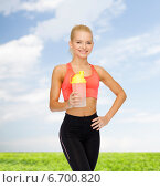 Купить «smiling sporty woman with protein shake bottle», фото № 6700820, снято 8 мая 2014 г. (c) Syda Productions / Фотобанк Лори