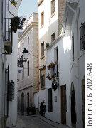 Улочка в старом Ситжесе, Испания (2014 год). Стоковое фото, фотограф Регина Гизбрехт / Фотобанк Лори