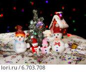 Новогодняя открытка со снеговиками возле ёлки. Стоковое фото, фотограф Алексей Марголин / Фотобанк Лори