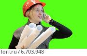 Купить «Женщина инженер с чертежами разговаривает по телефону на фоне зелёного экрана», видеоролик № 6703948, снято 22 ноября 2014 г. (c) Кекяляйнен Андрей / Фотобанк Лори