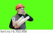 Купить «Женщина инженер с чертежами разговаривает по телефону на фоне зелёного экрана», видеоролик № 6703956, снято 22 ноября 2014 г. (c) Кекяляйнен Андрей / Фотобанк Лори