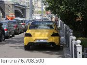 Купить «Машина с частично закрытым номером бумажкой припаркована на тротуаре», эксклюзивное фото № 6708500, снято 17 июля 2013 г. (c) Алексей Гусев / Фотобанк Лори