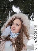 Купить «Девушка на аллее зимнего парка», фото № 6708640, снято 25 ноября 2014 г. (c) Момотюк Сергей / Фотобанк Лори