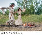 Купить «Красивые девушки прыгают через костер», фото № 6708676, снято 30 июня 2014 г. (c) Сергей Буторин / Фотобанк Лори