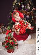 Купить «Симпатичная девочка у новогодней елки», фото № 6709064, снято 14 января 2014 г. (c) Останина Екатерина / Фотобанк Лори