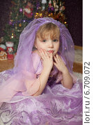 Купить «Симпатичная девочка у новогодней елки», фото № 6709072, снято 23 января 2014 г. (c) Останина Екатерина / Фотобанк Лори