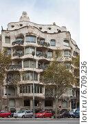 Купить «Дом Casa Mila La Pedrera в Барселоне. Архитектор Антонио Гауди», фото № 6709236, снято 22 ноября 2011 г. (c) Victoria Demidova / Фотобанк Лори