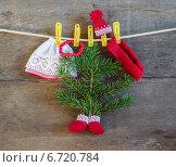 Купить «Шапка, шарф, бусы, валенки и елочка на деревянном фоне», фото № 6720784, снято 24 ноября 2014 г. (c) Marina Kutukova / Фотобанк Лори