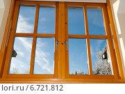 Купить «Современное деревянное окно с видом на зимний солнечный день», фото № 6721812, снято 7 декабря 2010 г. (c) Татьяна Кахилл / Фотобанк Лори