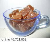 Квадратные мармеладки в чашке из прозрачного голубого стекла. Стоковое фото, фотограф Irina / Фотобанк Лори