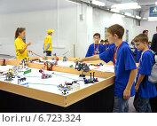 Дети с роботами на игровом поле. Всемирная олимпиада по робототехнике в Сочи, 21 ноября, 2014. Редакционное фото, фотограф Анна Мартынова / Фотобанк Лори