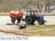 """Трактор """"Беларус"""" с поливочной бочкой (2012 год). Стоковое фото, фотограф Алёшина Оксана / Фотобанк Лори"""