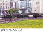 Купить «Люди в сквере у Большого театра, Москва», фото № 6726132, снято 1 июля 2014 г. (c) Владимир Сергеев / Фотобанк Лори