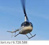 Купить «Вертолет Robinson R44 совершает рейс», фото № 6728588, снято 29 ноября 2014 г. (c) Валерия Попова / Фотобанк Лори