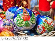 Купить «Новогодние елочные игрушки с кремлевской башней», эксклюзивное фото № 6729732, снято 28 ноября 2014 г. (c) lana1501 / Фотобанк Лори
