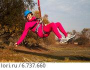 Девушка висит на веревке после прыжка (роупджампинг) (2014 год). Редакционное фото, фотограф Сергей Васильев / Фотобанк Лори
