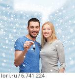 Купить «smiling couple holding keys», фото № 6741224, снято 9 февраля 2014 г. (c) Syda Productions / Фотобанк Лори