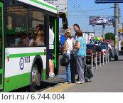 Купить «Очередь в автобус на остановке, проспект Андропова, Москва», эксклюзивное фото № 6744004, снято 14 июля 2014 г. (c) lana1501 / Фотобанк Лори