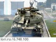 """Украинский танк Т-64БМ """"Булат"""" разгружается с трейлера (2008 год). Редакционное фото, фотограф Сергей Попсуевич / Фотобанк Лори"""