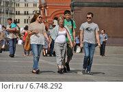 Купить «Молодые люди гуляют на Манежной площади в Москве», эксклюзивное фото № 6748292, снято 6 июля 2014 г. (c) lana1501 / Фотобанк Лори