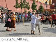 Пожилые люди танцуют в Александровском саду под звуки духового оркестра России (2014 год). Редакционное фото, фотограф lana1501 / Фотобанк Лори