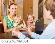 Купить «Agent talking with mother and kids», фото № 6749064, снято 24 сентября 2018 г. (c) Яков Филимонов / Фотобанк Лори