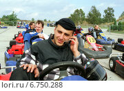 Niedergoersdorf, a man phoned sitztend in a go-kart with a mobile phone (2001 год). Редакционное фото, агентство Caro Photoagency / Фотобанк Лори