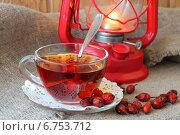 Купить «Чашка из прозрачного стекла с чаем  и шиповник, рассыпанный возле чашки», фото № 6753712, снято 3 декабря 2014 г. (c) Шуба Виктория / Фотобанк Лори