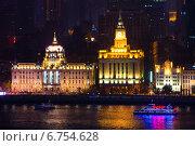 Ночной вид на знаменитую набережную Бунд и реку Хуанпуцзян в старом центре города Шанхай, Китайская Народная Республика (2013 год). Стоковое фото, фотограф Николай Винокуров / Фотобанк Лори