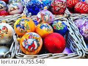 Купить «Яркие новогодние елочные шары с символом 2015 года - козой», эксклюзивное фото № 6755540, снято 3 декабря 2014 г. (c) lana1501 / Фотобанк Лори