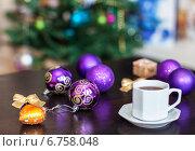 Купить «Чашка кофе и елочные шары на столе. Резкость на шарике», фото № 6758048, снято 4 декабря 2014 г. (c) SummeRain / Фотобанк Лори