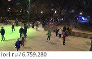 Купить «Дети и взрослые катаются на коньках на открытом ледовом катке в Парке Горького в Москве», видеоролик № 6759280, снято 4 января 2014 г. (c) Арташес Оганджанян / Фотобанк Лори
