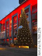 """Новогодняя елка около ТРЦ """"Европейский"""" в Москве вечером (2014 год). Редакционное фото, фотограф lana1501 / Фотобанк Лори"""