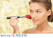 Купить «beautiful smiling woman with make up brush», фото № 6765516, снято 28 августа 2011 г. (c) Syda Productions / Фотобанк Лори
