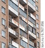Окна и балконы многоквартирного жилого дома, эксклюзивное фото № 6767956, снято 4 декабря 2014 г. (c) Константин Косов / Фотобанк Лори